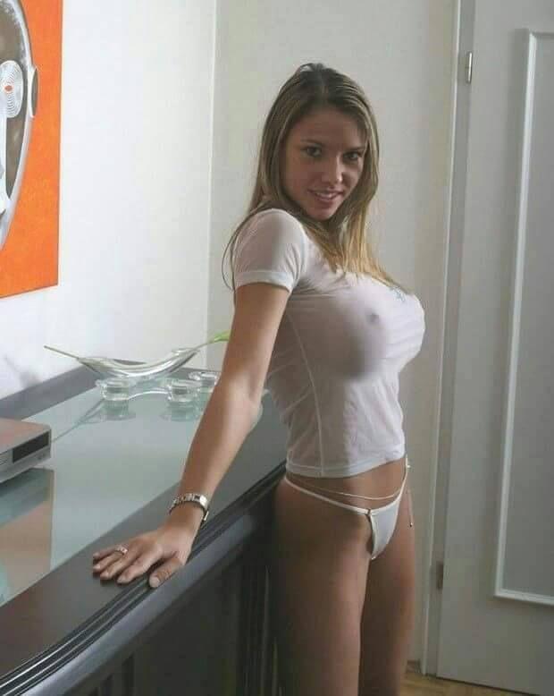 Beim Cam2Cam Sex macht die nackte Tussi die Beine breit