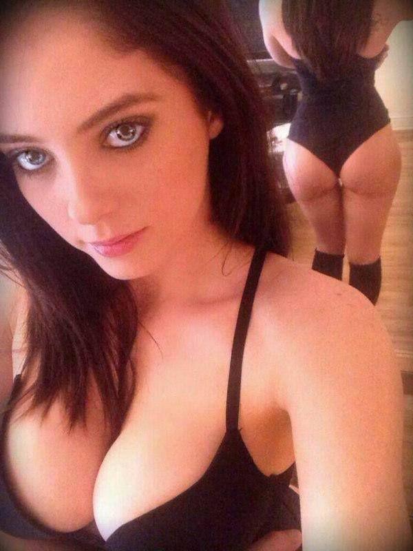 Beim Livecam Chat zeigt das deutsche Sexcamgirl ihre schönen Titten