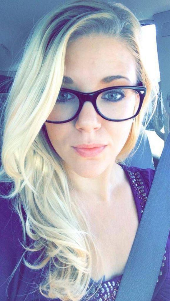 Blonde Studentin aus Deutschland strippt beim Sexcam chatten