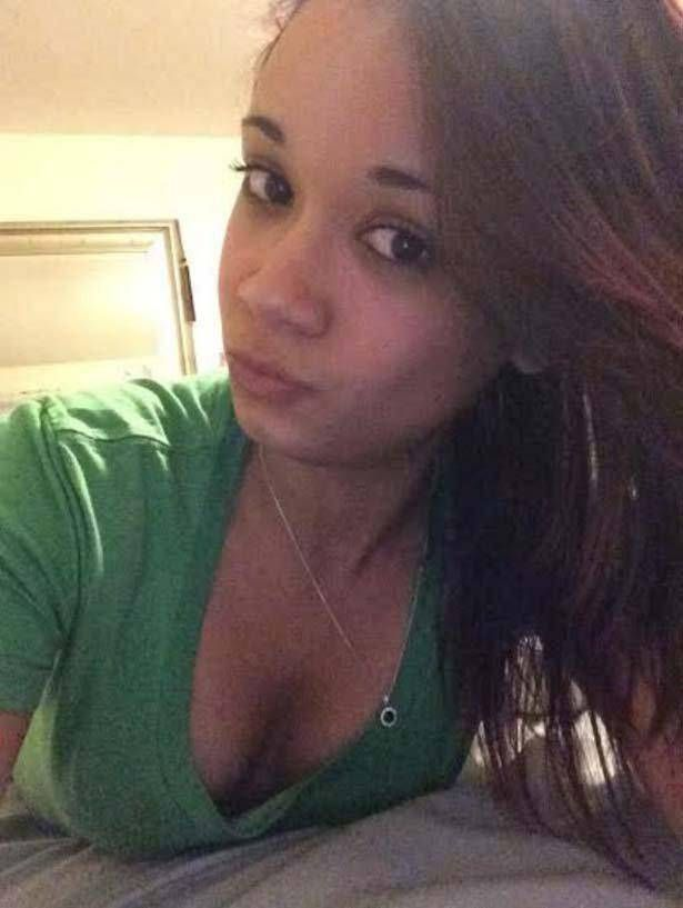 Das junge Camgirl ist jetzt online vor der Sex Webcam
