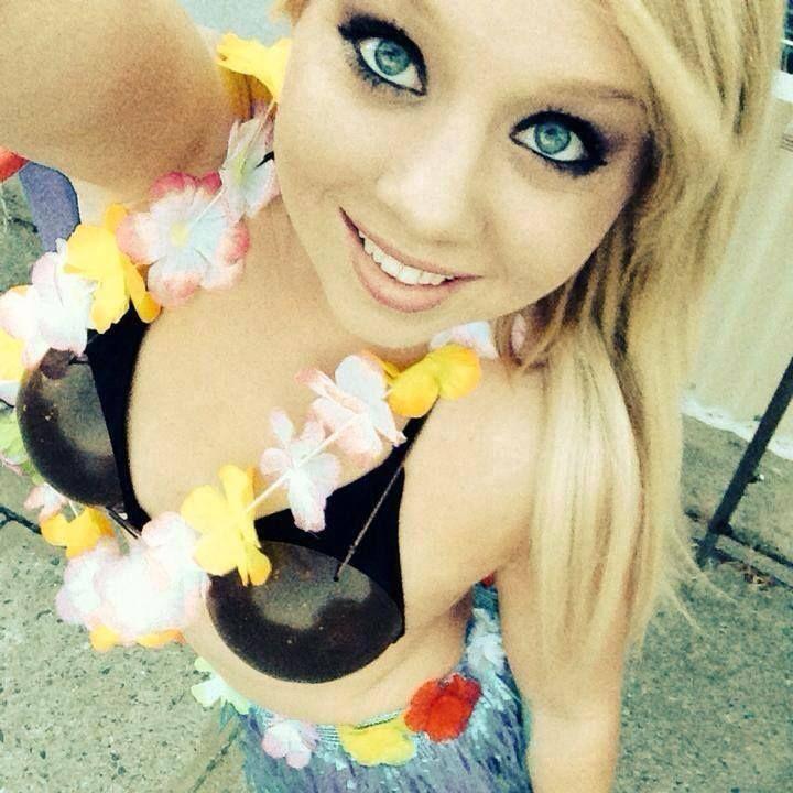 Die Fesche Teen Göre strippt vor der Sexcam