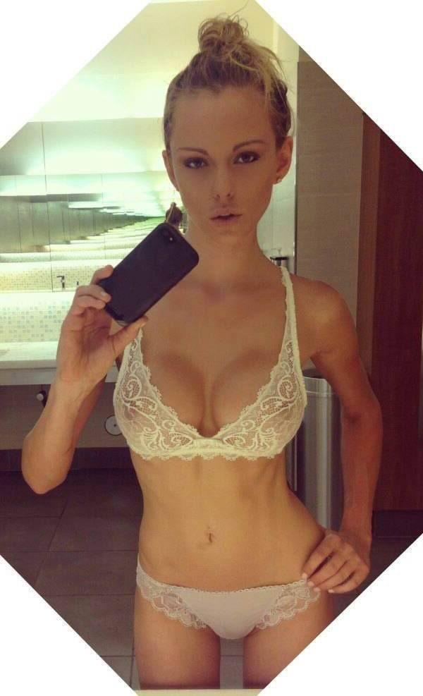 Sexy Blondine mit schönen Brüste nackt vor der Webcam
