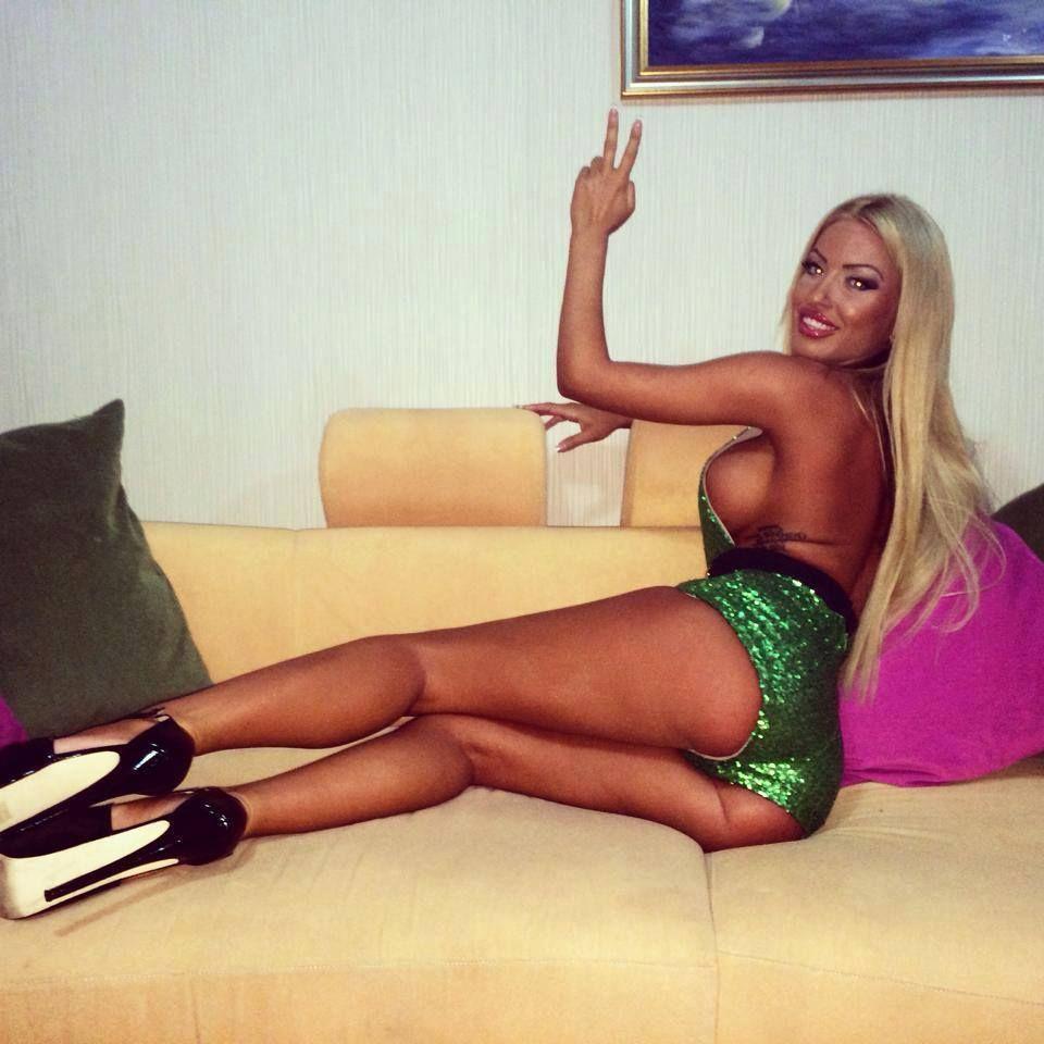 Sexy Girl trägt gerne Nylon Dessous vor der Webcam