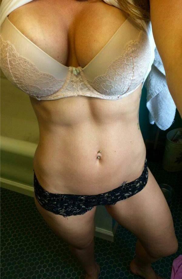 Vor der privaten Webcam holt das heisse Sexchat Luder gerne ihre geilen Möpse aus der Bluse